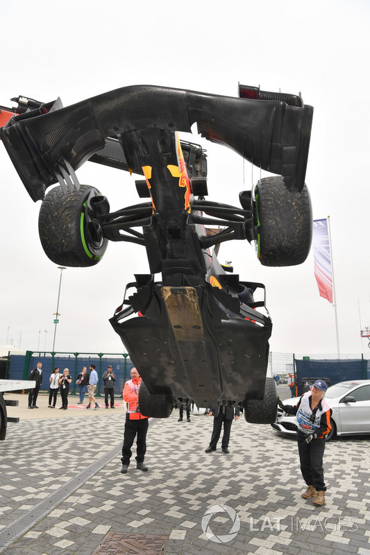 Coche de Daniel Ricciardo, Red Bull Racing RB13 es removido de la pista