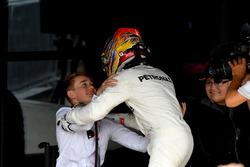 Yarış galibi Lewis Hamilton, Mercedes AMG F1 ve Billy Monger