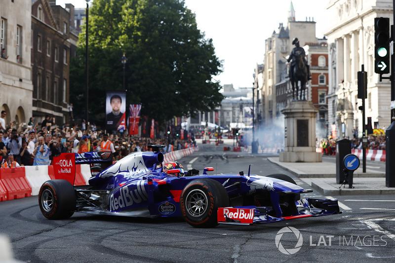 Daniil Kvyat, Scuderia Toro Rosso, melakukan atraksi di jalanan