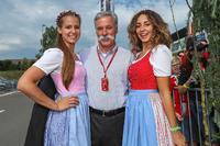 Chase Carey, Director y Presidente Ejecutivo de la Formula One Group y las chicas
