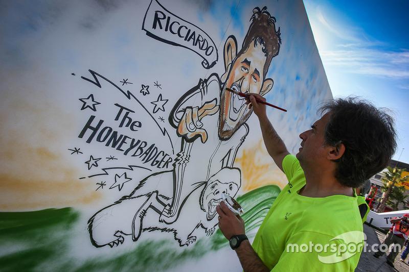 Na Espanha, um artista pinta a caricatura de Daniel Ricciardo.