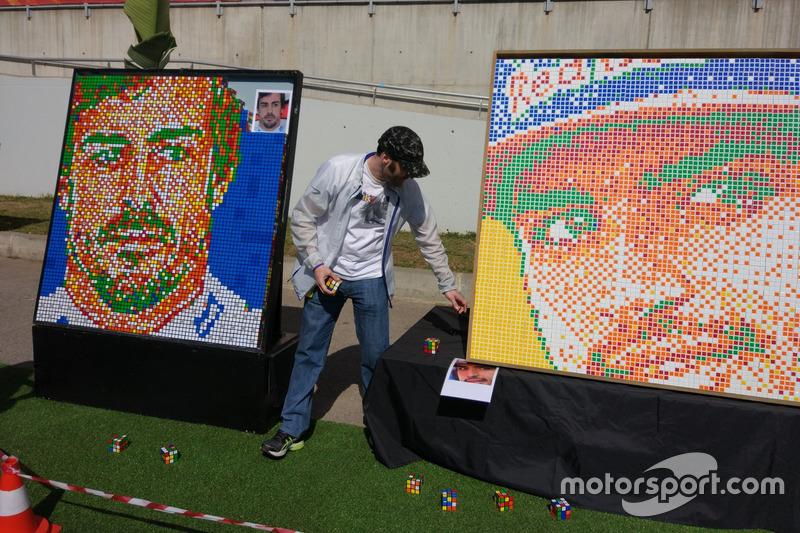 Fotos de Fernando Alonso y Carlos Sainz en cubos de Rubik en el Gran Premio de España.
