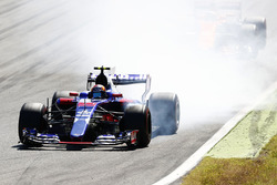Carlos Sainz Jr., Scuderia Scuderia Toro Rosso STR12, locks up the tyres