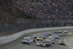 Chase Elliott, Hendrick Motorsports Chevrolet Kevin Harvick, Stewart-Haas Racing Ford lead the field on a restart