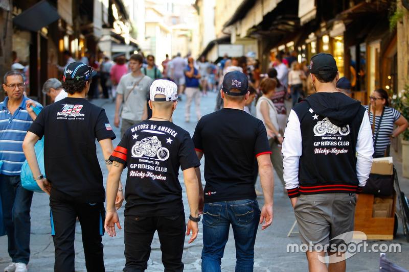 Erinnerung an Nicky Hayden in den Straßen von Florenz: Franceso Bagnaia, Andrea Migno, Sam Lowes und Danilo Petrucci