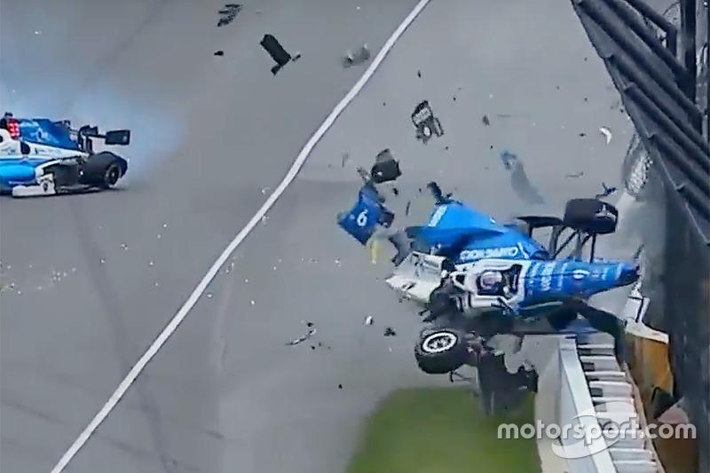 Авария Скотта Диксона, Chip Ganassi Racing Honda, и Джея Ховарда, Schmidt Peterson Motorsports Honda