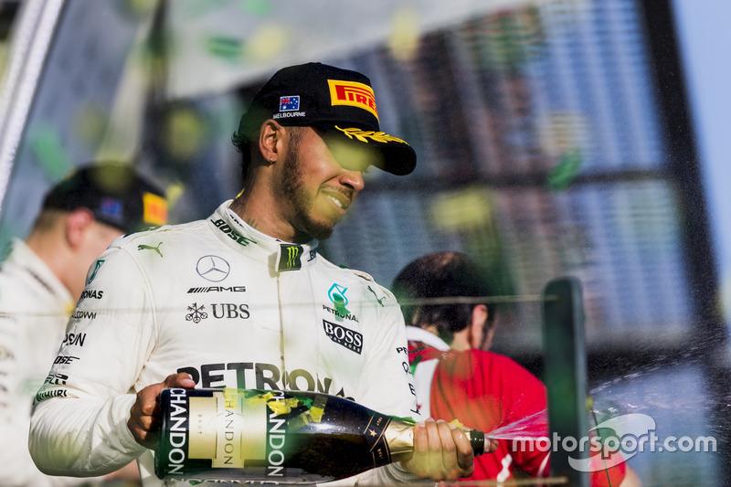 Podium: 2. Lewis Hamilton, Mercedes AMG, verspritzt Champagner