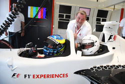 Paul Stoddart, Zsolt Baumgartner, pilota biposto F1 Experiences con il passeggero Will Buxton, Prese