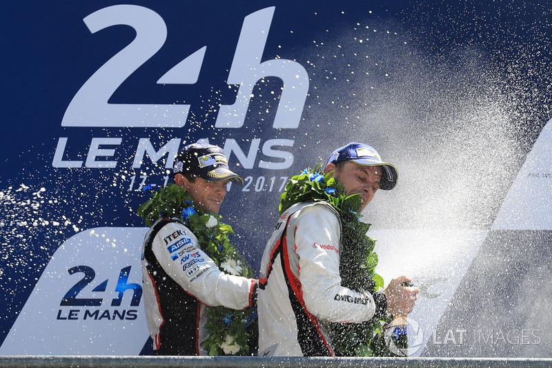 Il secondo classificato Anthony Davidson, Toyota Gazoo Racing, il vincitore Earl Bamber, Porsche Team