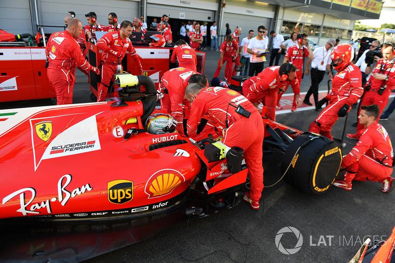 Sebastian Vettel, Ferrari SF70H durante el periodo de bandera roja