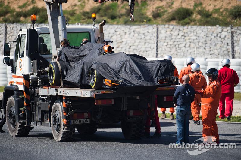 El McLaren MCL32 de Fernando Alonso es regresado a pits