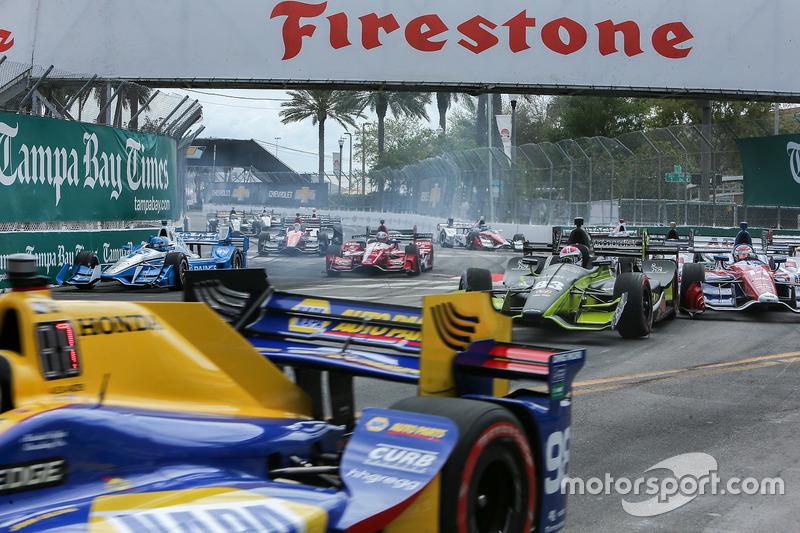 El coche atascado de Graham Rahal, Rahal Letterman Racing Honda, creando estragos Lanigan