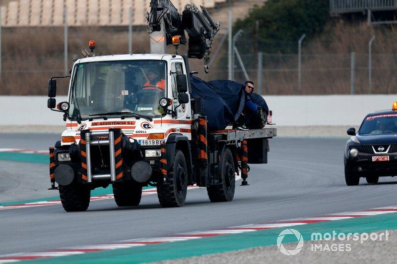 La vettura di Alex Albon, Scuderia Toro Rosso STR14 viene recuperata da un carroattrezzi