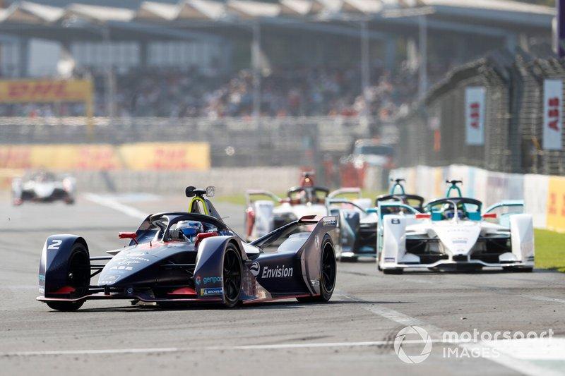 Sam Bird, Envision Virgin Racing, Audi e-tron FE05 precede Tom Dillmann, NIO Formula E Team, NIO Sport 004