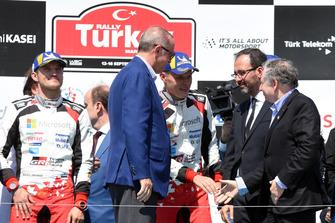 Racewinnaar Ott Tänak, Martin Järveoja, Toyota Gazoo Racing, Recep Tayyip Erdoğan, president Turkije, Jean Todt, FIA President