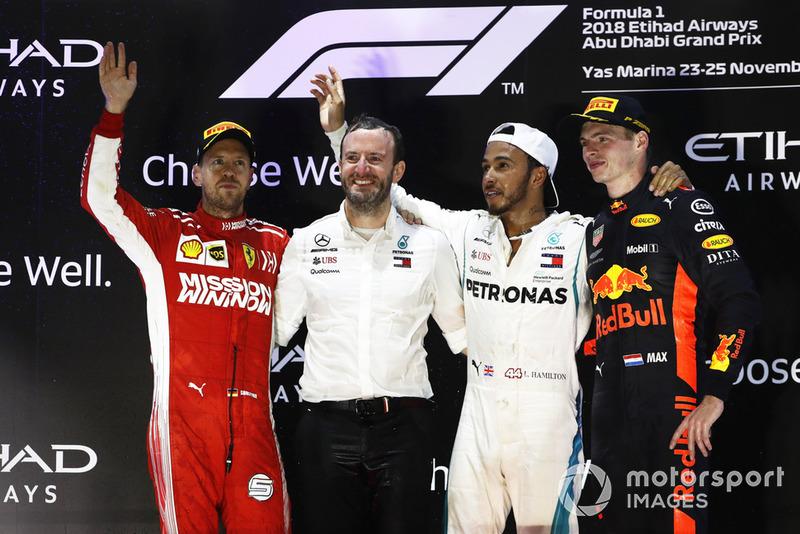 Sebastian Vettel, Ferrari, 2° classificato, Bradley Lord, direttore delle comunicazioni, Mercedes, Lewis Hamilton, Mercedes AMG F1, 1° clssificato, e Max Verstappen, Red Bull Racing, 3° classificato, sul podio