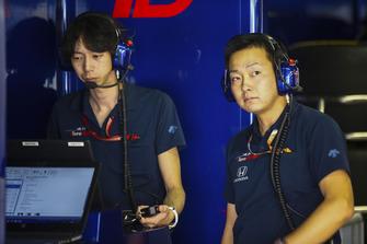 Engineers in the Toro Rosso Honda garage