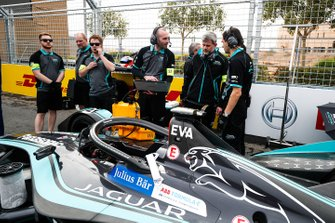 Gli ingegneri effettuano gli ultimi controlli alla monoposto di Mitch Evans, Panasonic Jaguar Racing, Jaguar I-Type 3
