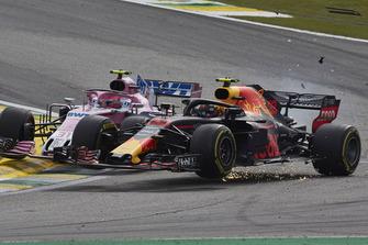 Столкновение: Эстебан Окон, Racing Point Force India F1, и Макс Ферстаппен, Red Bull Racing RB14