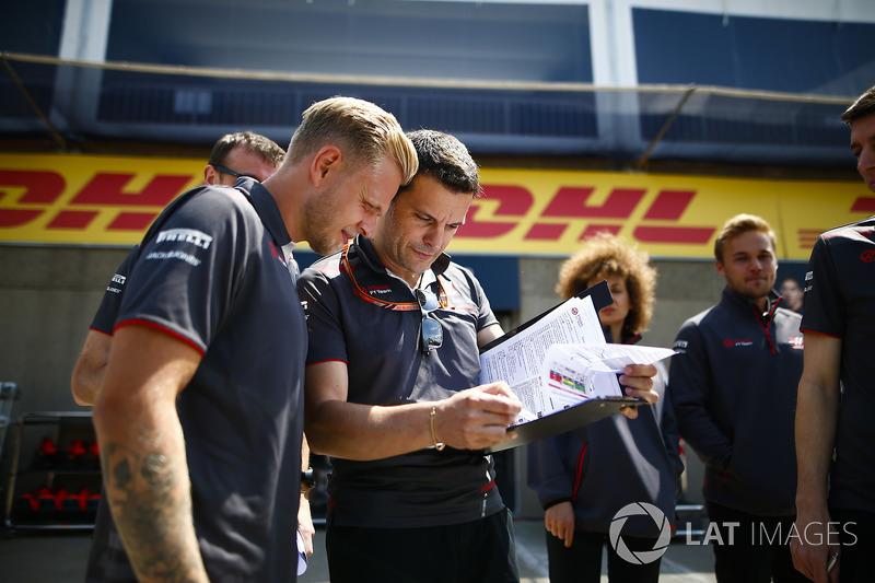 Гонщик Haas F1 Team Кевин Магнуссен и инженер команды Джулиано Сальви