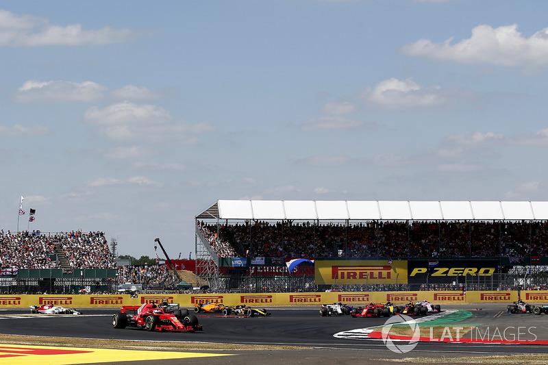 Sebastian Vettel, Ferrari SF71H memimpin, Lewis Hamilton, Mercedes-AMG F1 W09, melintir