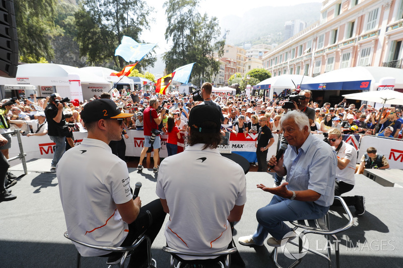 Bob Constanduros talks to Stoffel Vandoorne, McLaren, and Fernando Alonso, McLaren