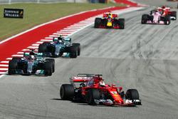 Sebastian Vettel, Ferrari devant Lewis Hamilton, Mercedes AMG F1 W08