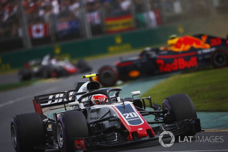 Kevin Magnussen, Haas F1 Team VF-18 Ferrari, et Max Verstappen, Red Bull Racing RB14 Tag Heuer