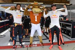 Daniel Ricciardo, Red Bull Racing en Max Verstappen, Red Bull Racing met Longhorns mascotte in de Red Bull Racing garage