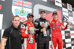 Carrera 2 Podio: Adam Carroll, Arjun Maini, Lanan Racingm Chris Middlehurst,  MGR Motorsport y George Russell, Lanan Racing