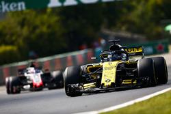 Nico Hulkenberg, Renault Sport F1 Team R.S. 18, devant Romain Grosjean, Haas F1 Team VF-18