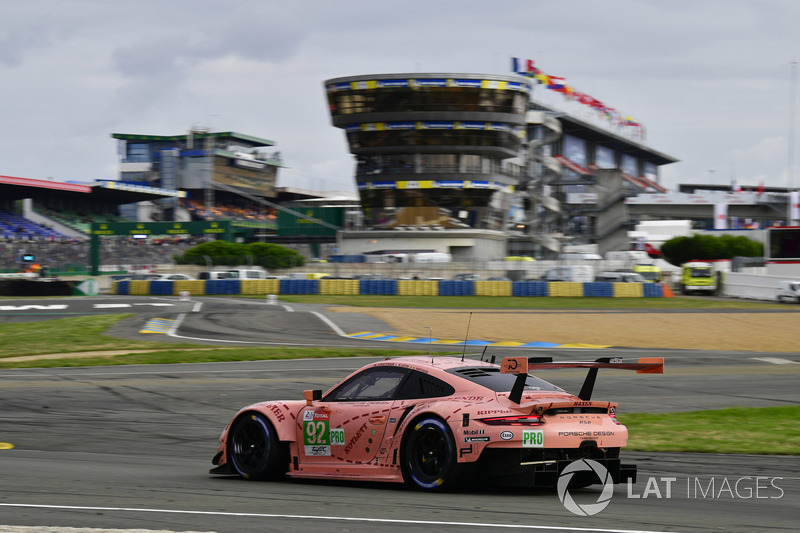 Микаэль Кристенсен, Кевин Эстре и Лоренс Вантхор из Porsche уверенно ехали к победе в GTE Pro