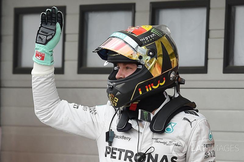 Il poleman Nico Rosberg, Mercedes AMG F1 W05 festeggia nel parco chiuso