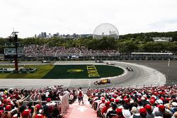 Фернандо Алонсо, McLaren MCL33, и Кевин Магнуссен, Haas F1 Team VF-18