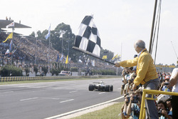 Juan Manuel Fangio shows the chequered flag to Carlos Reutemann, Williams FW07C-Ford Cosworth