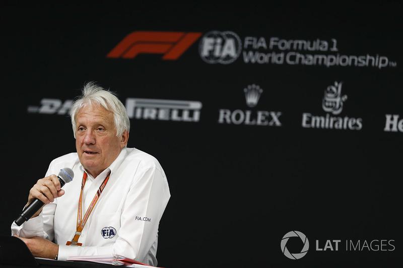 Charlie Whiting, FIA Yarış Direktörü, FIA Perşembe günü basın toplantısında konuşuyor
