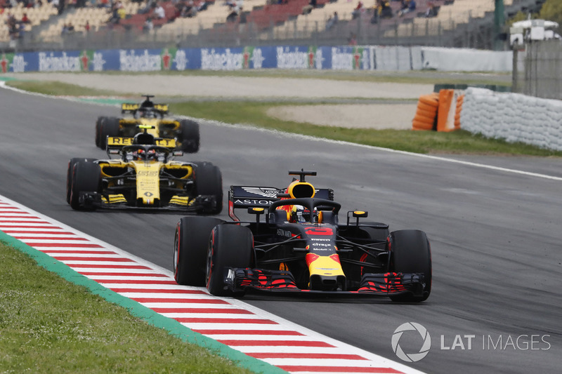 Daniel Ricciardo, Red Bull Racing RB14, Carlos Sainz Jr., Renault Sport F1 Team R.S. 18