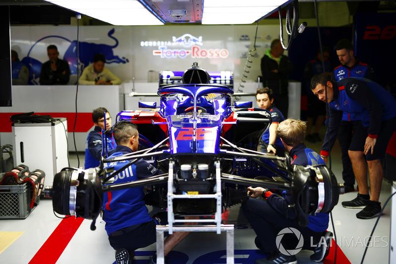 Los mecánicos de Toro Rosso trabajan en el coche de Brendon Hartley, Toro Rosso STR13, antes de la carrera