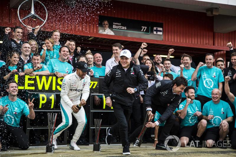 Ganador, Lewis Hamilton, Mercedes-AMG F1 y Valtteri Bottas, Mercedes-AMG F1 celebran