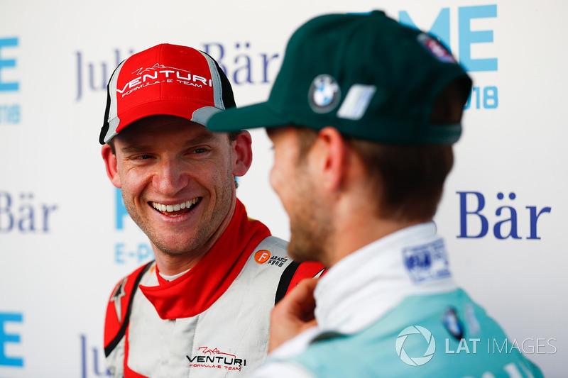 Maro Engel, Venturi Formula E Team, parla con Tom Blomqvist, Andretti Formula E Team, nel media pen