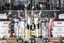 Podio GTLM: al secondo posto Ryan Briscoe, Richard Westbrook, Chip Ganassi Racing, i vincitori Oliver Gavin, Tommy Milner, Corvette Racing, al terzo posto Dirk Müller, Joey Hand, Chip Ganassi Racing Ford