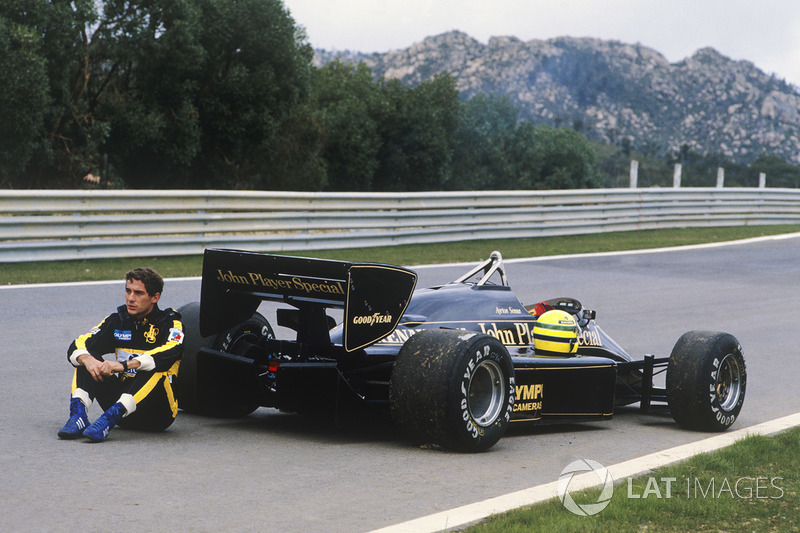 Ayrton Senna, Lotus 97T espera reboque após carro quebrar em treino