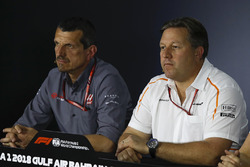 Guenther Steiner, Haas F1 Takım Patronu ve Zak Brown, McLaren Direktörü, basın toplantısında