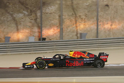 Max Verstappen, Red Bull Racing RB14 limps back to the pits with a puncture