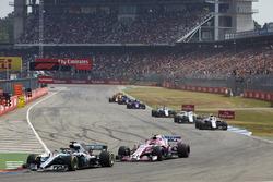 Lewis Hamilton, Mercedes AMG F1 W09, voor Esteban Ocon, Force India VJM11, en Sergey Sirotkin, Williams FW41
