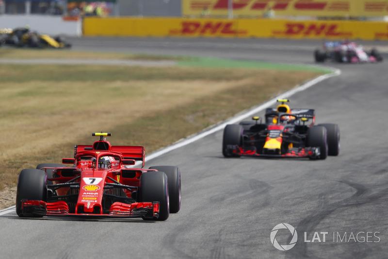 Kimi Raikkonen, Ferrari SF71H, di depan Max Verstappen, Red Bull Racing RB14