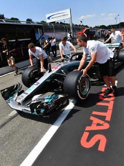 Механики Mercedes AMG F1 с автомобилем W09