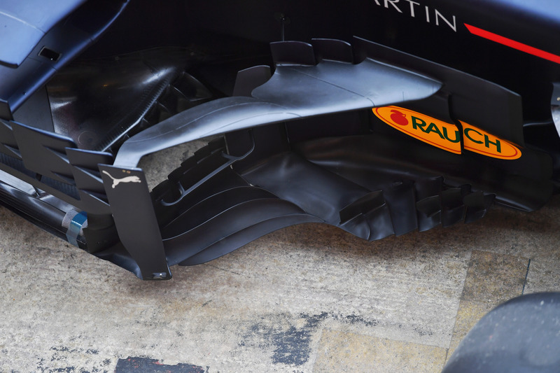 Red Bull Racing RB14 sidepod en bargeboard