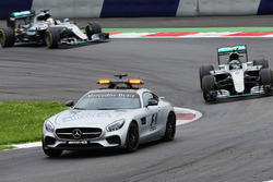 Nico Rosberg, Mercedes AMG F1 W07 Hybrid detrás del coche de seguridad FIA
