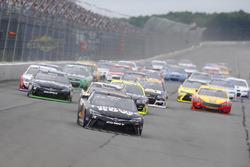 Старт гонки: лидирует Мартин Труэкс-мл., Furniture Row Racing Toyota